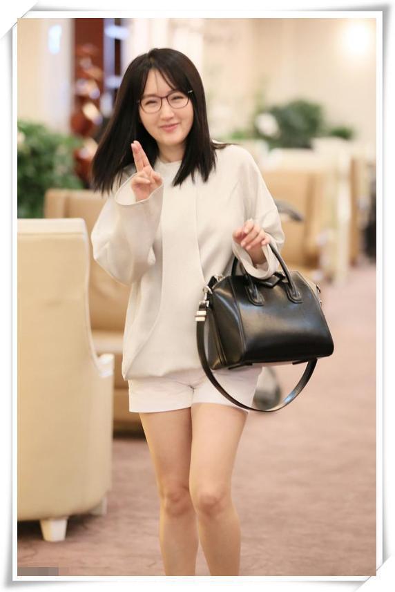 杨钰莹不过穿了条白裤衩,就气质炸裂可爱到爆,网友:嫩过00后!