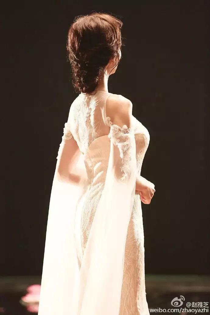 赵雅芝珍珠色鱼尾长裙亮相 美如画中仙