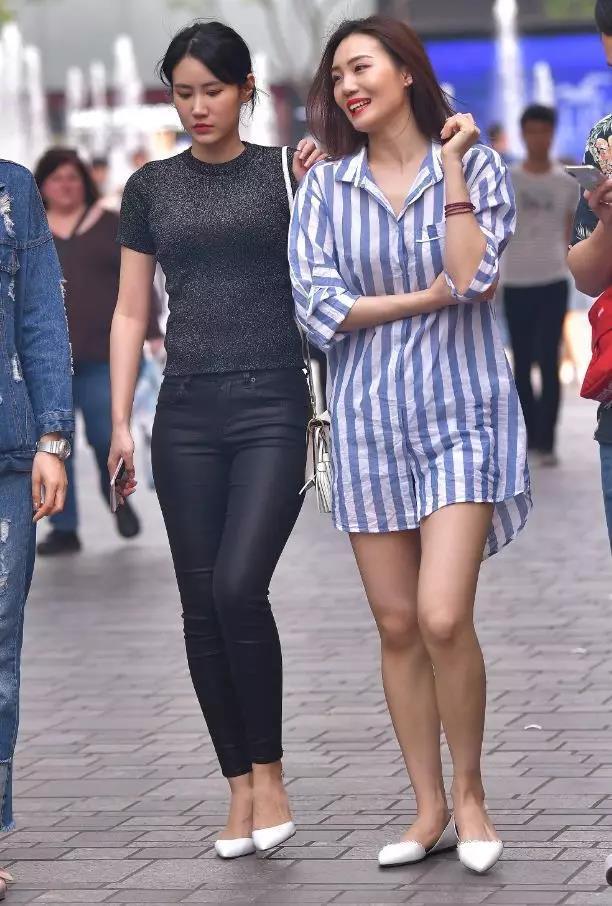 街拍:和漂亮闺蜜一起逛街,穿黑皮裤美女的性感视频自拍在线观看性感如何视频图片