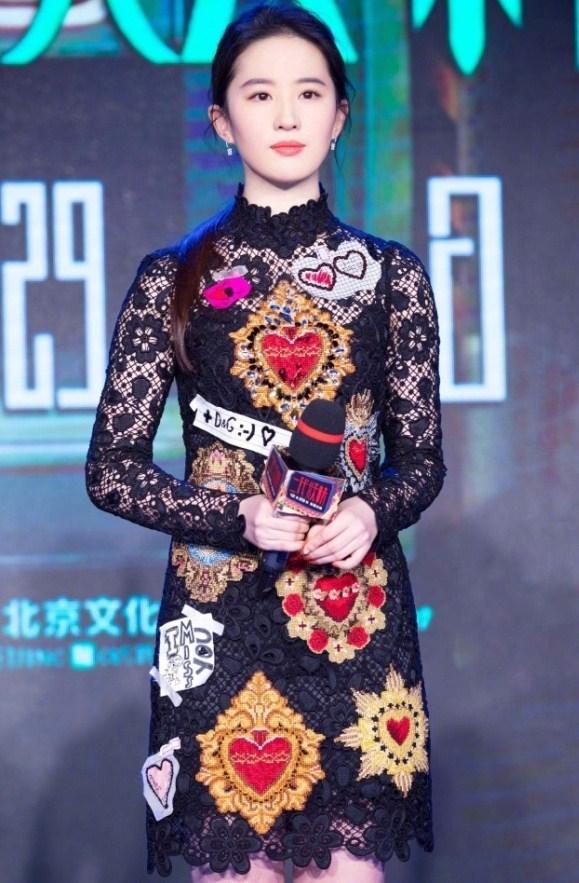 """刘亦菲这裙子是玻璃做的?全身白到发光,是""""仙女""""没错了!"""