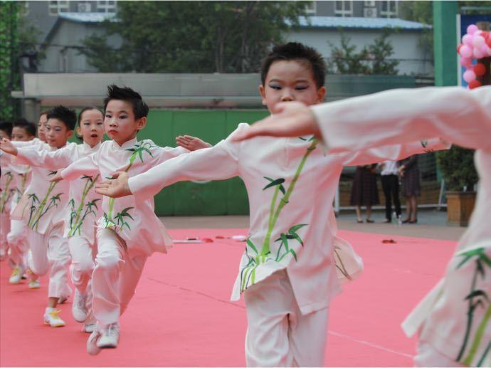 双榆树第一小学开学典礼,学生独创民族文化书包亮相