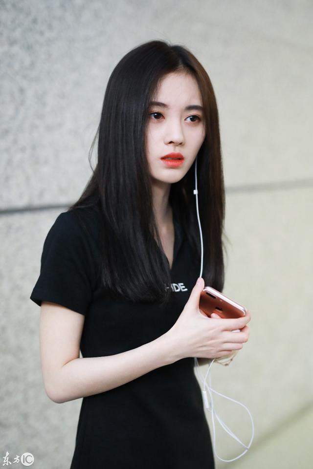 最美少女鞠婧祎现身上海机场