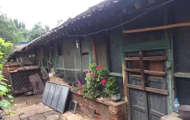 新农村村民张亚坤家里的排子房已经被鉴定为危房,并用木条钉上了门以图片