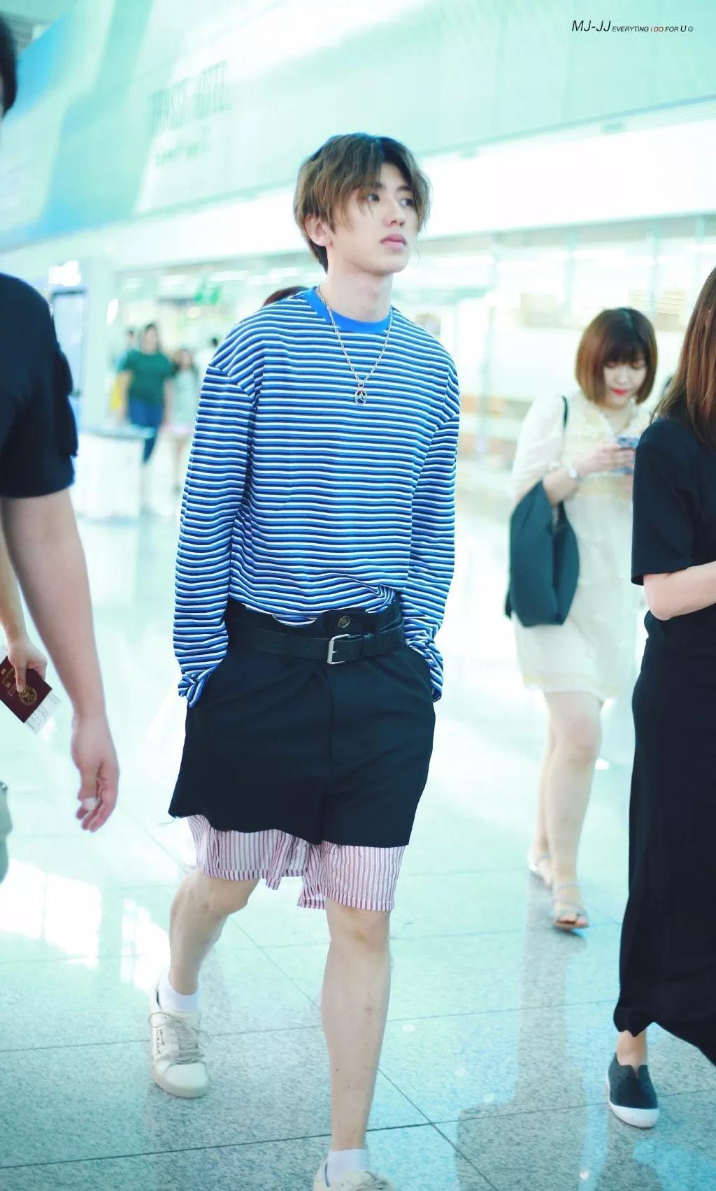 穿短裤时:王俊凯搭配裙子,千玺露出腰带,蔡徐坤这是穿错了吗