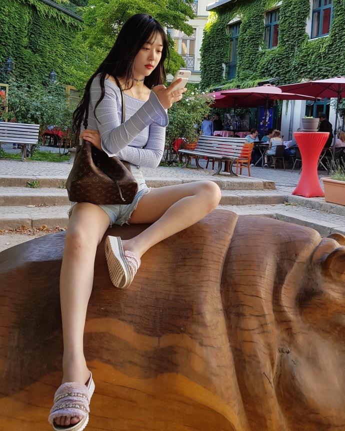 雪莉当游客逛书店 穿超短裤开腿坐依旧豪迈 娱乐八卦 图1