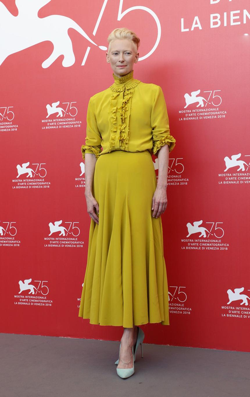 威尼斯电影节,女王蒂尔达威严亮相,LadyGaga雨中吸引无数镜头!
