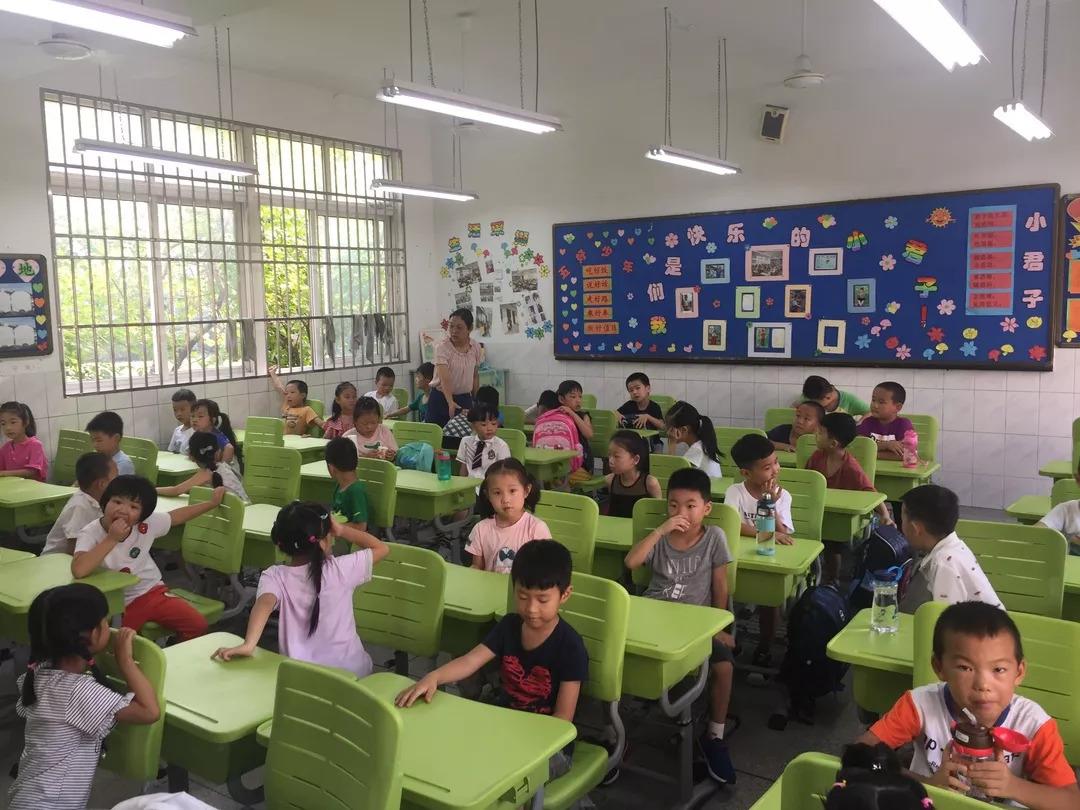 """第一节课上,各年级分主题进行了""""开学第一课""""的主题探讨:   一年级:行为习惯第一课;二年级:文明第一课;三年级:安全第一课;四年级:成长第一课;五年级:慈善第一课;六年级:理想第一课."""