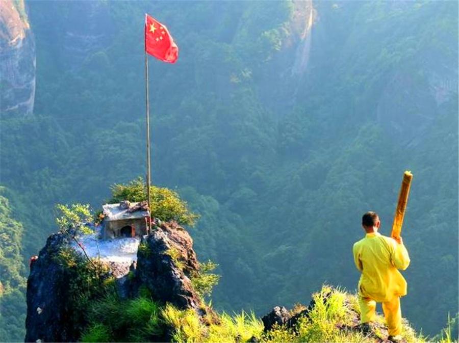 崀山三面悬崖小径仅一尺宽,烧香人帮上香挣200元,一失足就没命