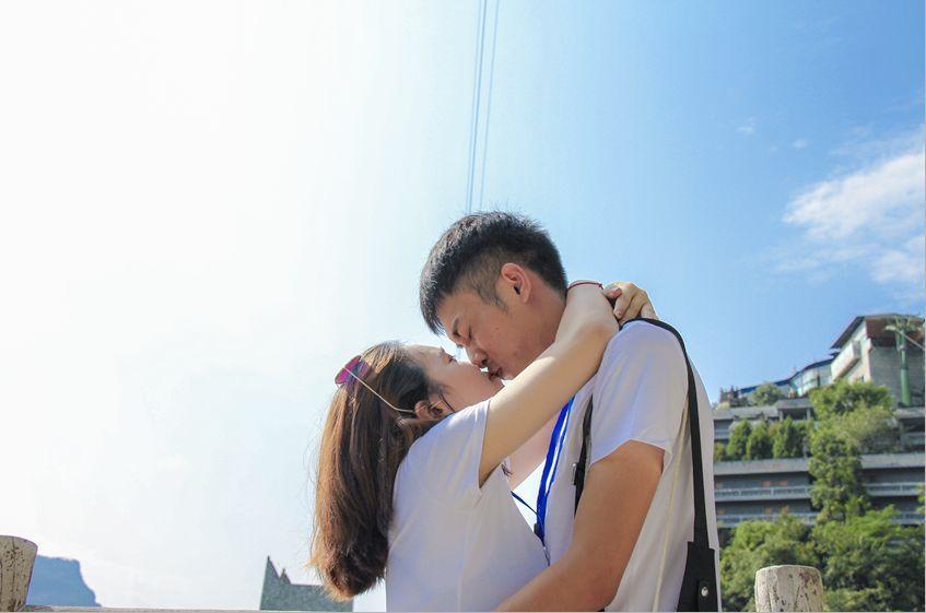 看风景的人在上面看你 看多了韩剧中两个耍朋友的 在桥上手牵手一起走