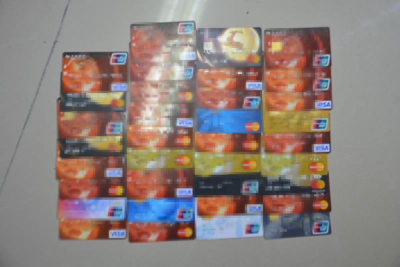 民警细心工作发现可疑 男子持数百张银行卡代人养卡被拘