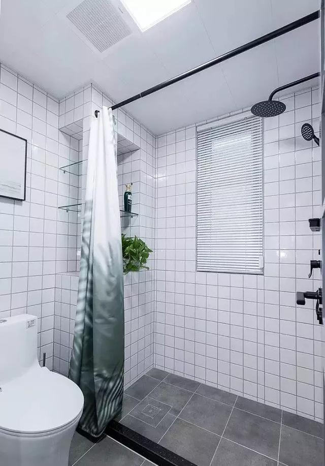 卫生间感觉清爽就好,墙面用的是白色九宫格瓷砖,利用下水管的地方,做