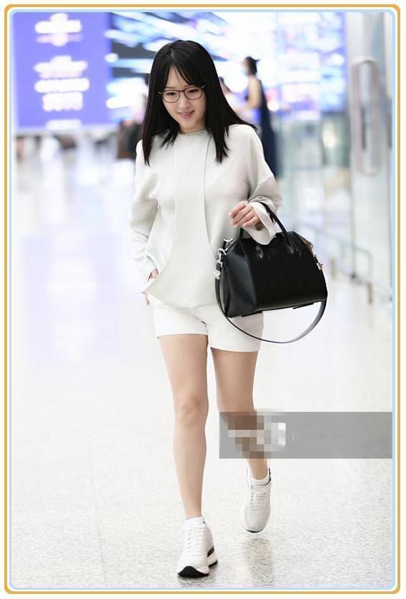 杨钰莹人老心不老!47岁挑战超短小热裤,网友:这双腿布满了岁月