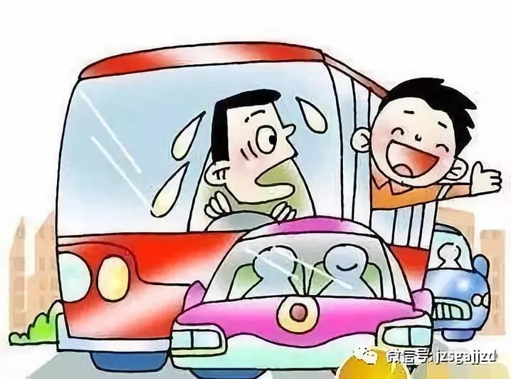 8.安全乘坐校车   校车驾驶人请提前对车辆进行安全检查和保养,确保车辆转向、制动、轮胎、灯光、安全带、灭火器、逃生锤、安全门等关键部件安全技术性能符合国家有关标准,   严禁驾驶安全性能不合格的校车接送学生、幼儿;家长应监督孩子乘坐正规校车,不坐超载、无