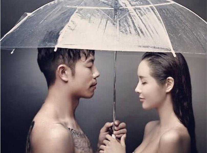 张稀哲携大4岁妻子香港度假秀恩爱 妻子曾发大尺度写真照庆祝他进
