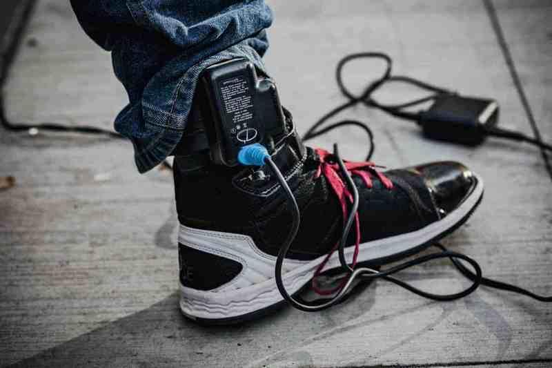 数字枷锁:美国假释犯人佩戴GPS追踪器,得自己充电和付费
