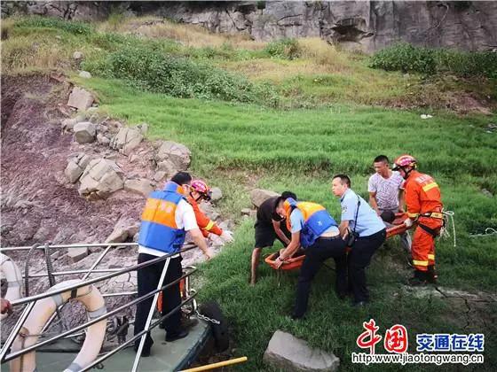 卡车冲入江中,万州海事紧急救助...