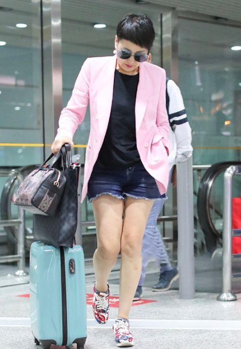 粉色西装有魔性!56岁张凯丽穿出减龄不止20岁的效果,网友:厉害图片
