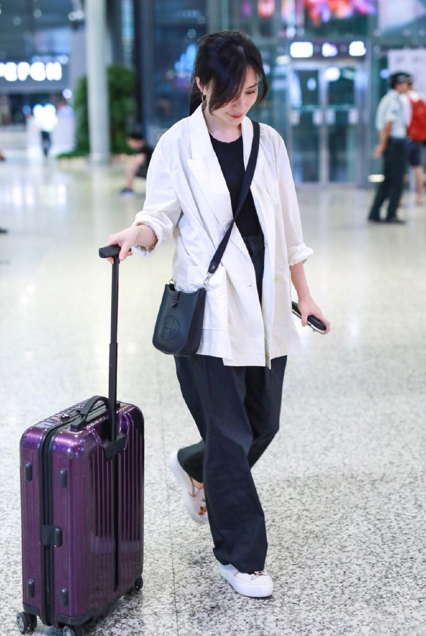 熊乃瑾现身机场,白衣黑裤简单自然,背两万七的爱马仕照样很低调