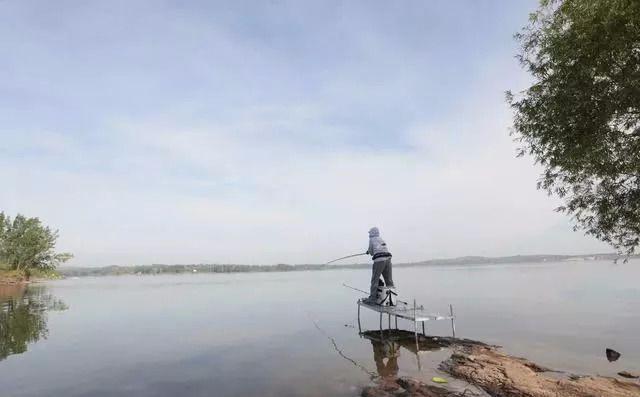 通常将浮漂带钩调平水挂饵后调一目或二目,也可以将浮漂调四钓二.