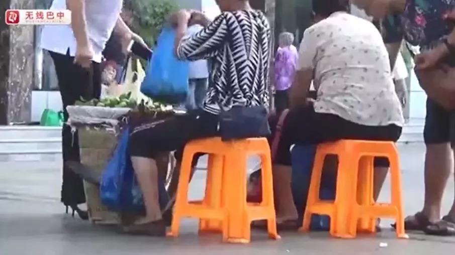 """巴中江北车站外水果摊""""偷梁换柱""""行为被曝光!公平秤免费复秤"""