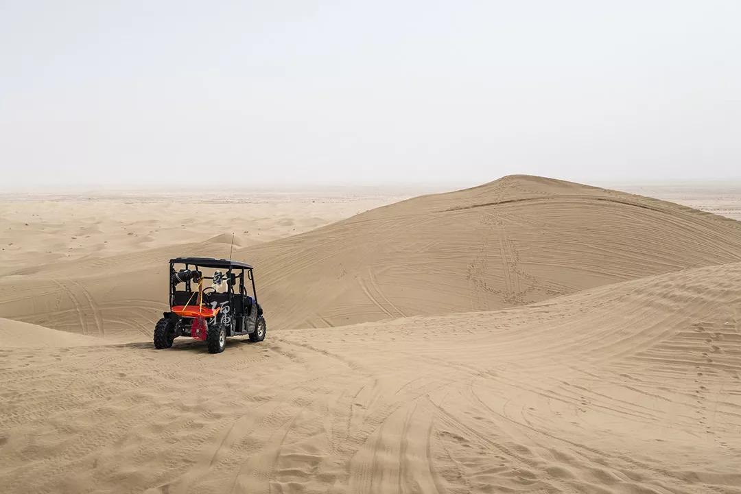 在美妙如梦的白沙山滑沙、冲浪…体验失重的刺激和征服沙漠的快感