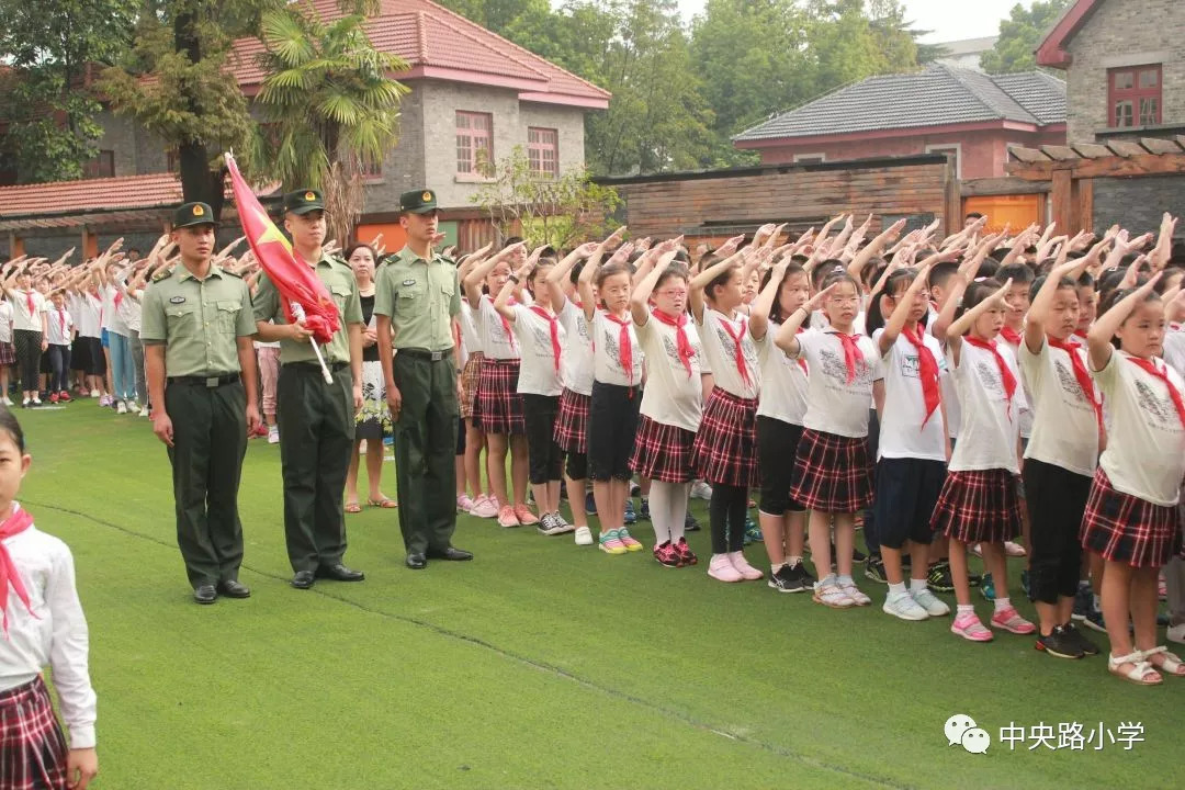 开学典礼 1 升旗仪式 部队解放军叔叔在国歌声中为我们升起国旗,揭开