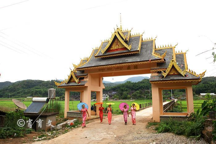 云南这个边境小城举办的节日上,为什么越南老挝的的男女也来参加