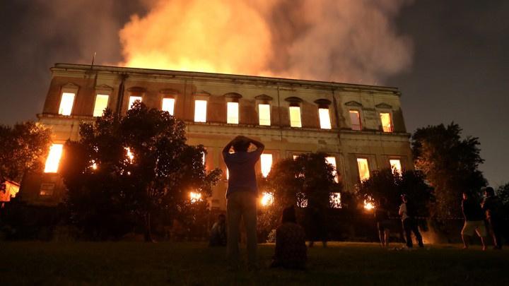 巴西博物馆大火中,人类二百年的研究和知识付之一炬