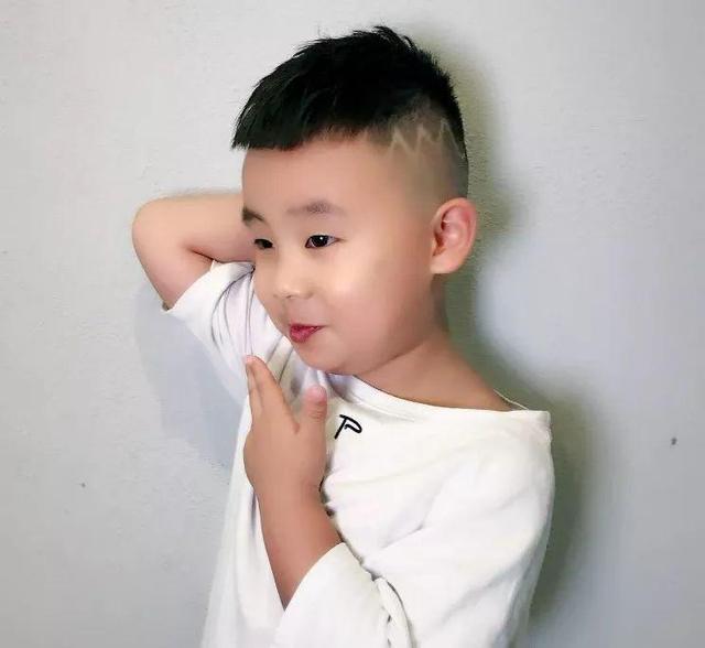 胖乎乎的小男孩,夏天活泼好动,非常适合梳清爽解暑的超短发发型,侧边与后面头发剃掉,仅保留头顶短发,在侧边靠上的位置进行波浪形状的刻痕,男童夏季个性超短发发型就成了.