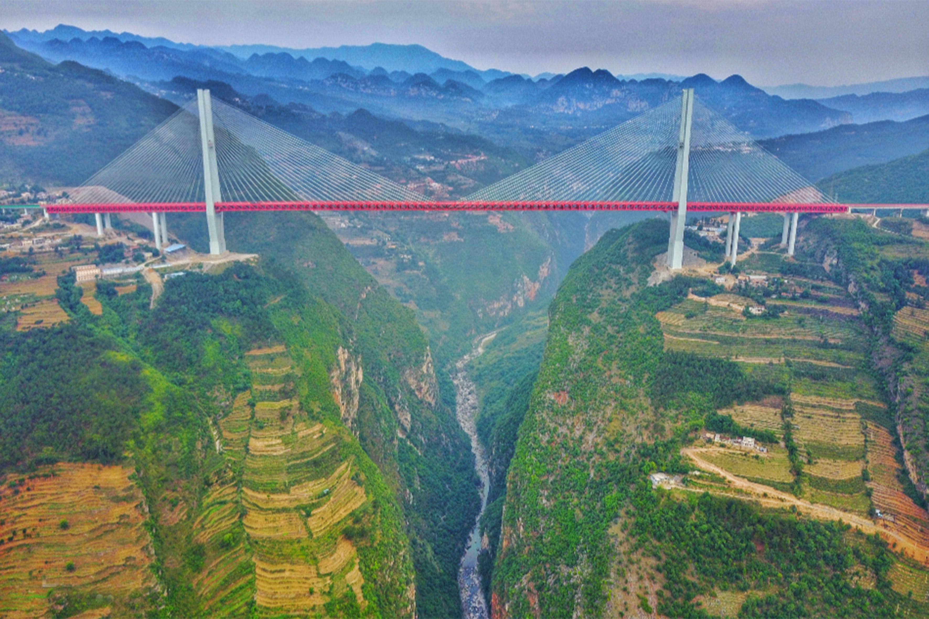 世界第一高的北盤江大橋,垂直高度達565米,橫跨貴州和云南兩省