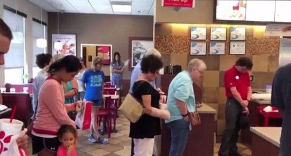 暖心!美快餐店员工同顾客一同为做手术同事祷告