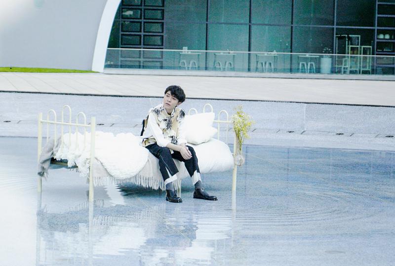 """吴青峰个人单曲《请听》以""""聆听花开的声音""""为灵感"""