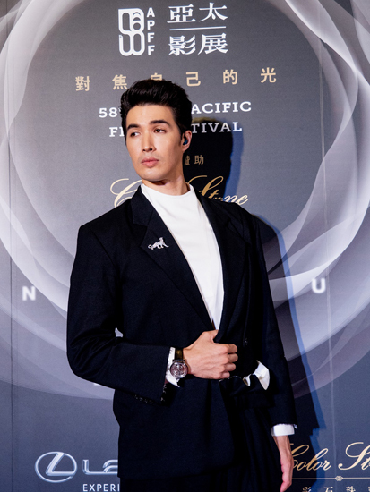 锦荣出席亚太影展   美洲豹胸针彰显时尚品味