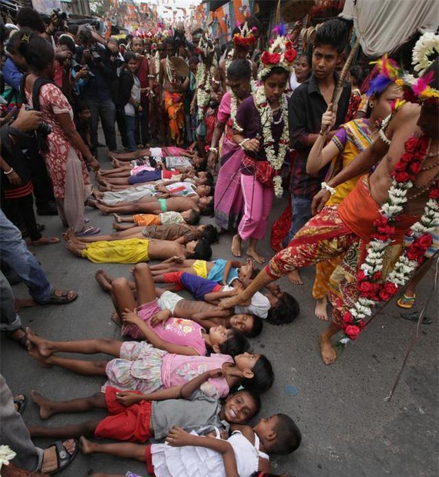印度人奇葩的祈福,将小孩扔进牛粪堆活埋,大人们一起来踩哭他