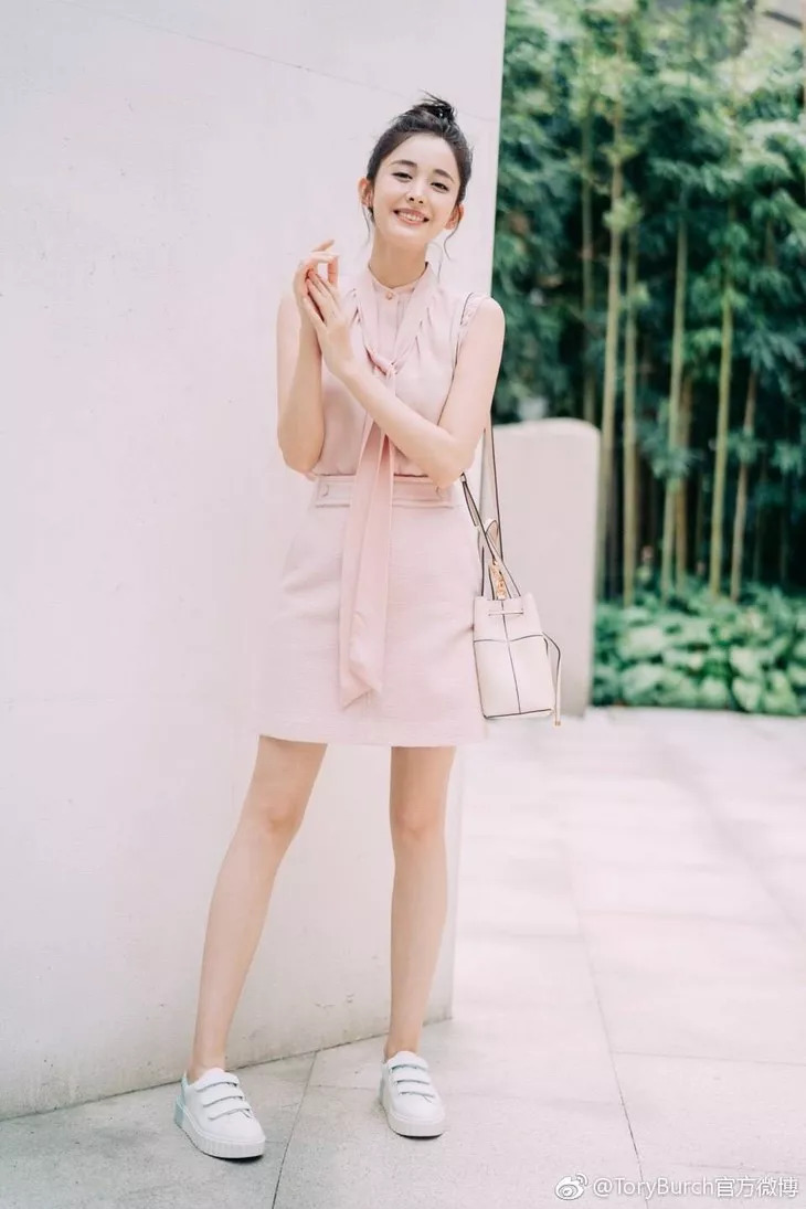 T型台 | 穿粉色飘带衬衫的娜扎,好甜
