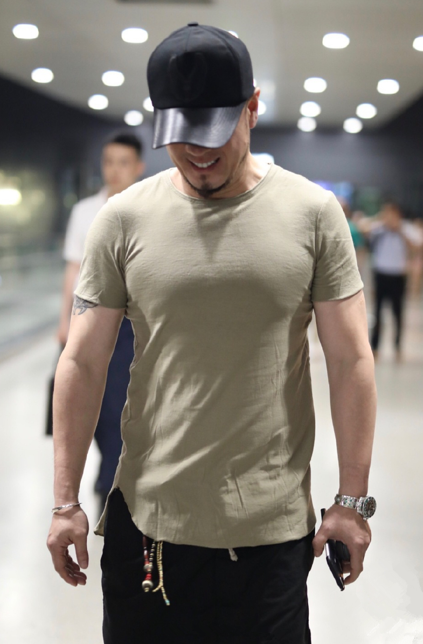 46岁杨坤竟是位潮男?身穿简约私服玩起街拍,胸肌实在太抢眼了