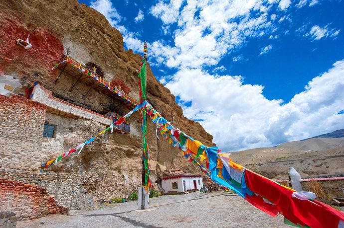 西藏有一座古老的悬空寺,僧人住洞穴里修行,至少三年才能出关