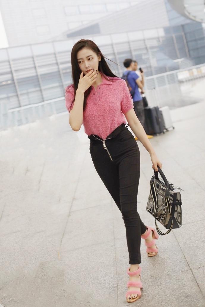 张天爱粉嫩出街提2万的包,裤子拉链却只拉一半!这又是新时尚?