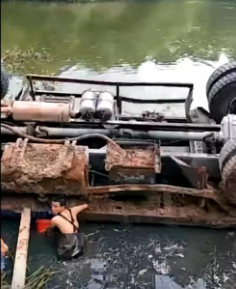 藤县发生一起交通事故,一辆大货车翻落塘了...