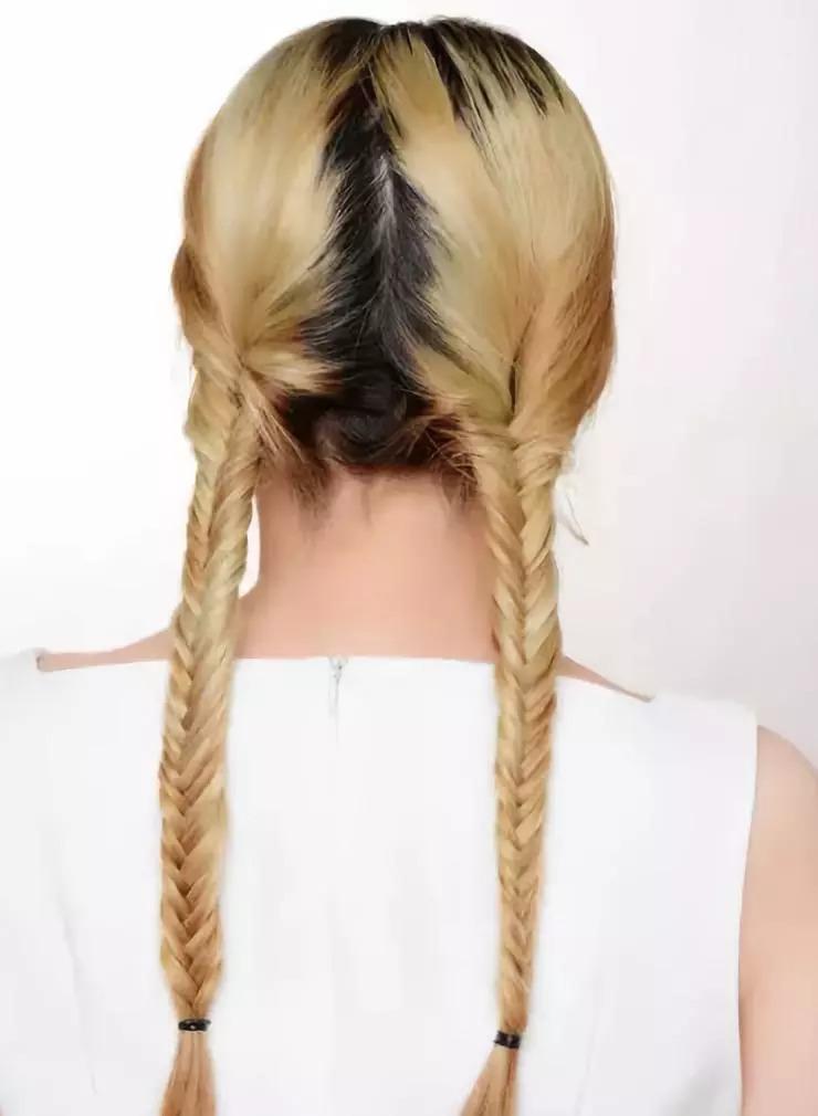 STEP1:将头发自然的一分为二,不用分出明显的分界线,将左右两边的头发各编成鱼骨辫,直至发尾用皮筋扎好。