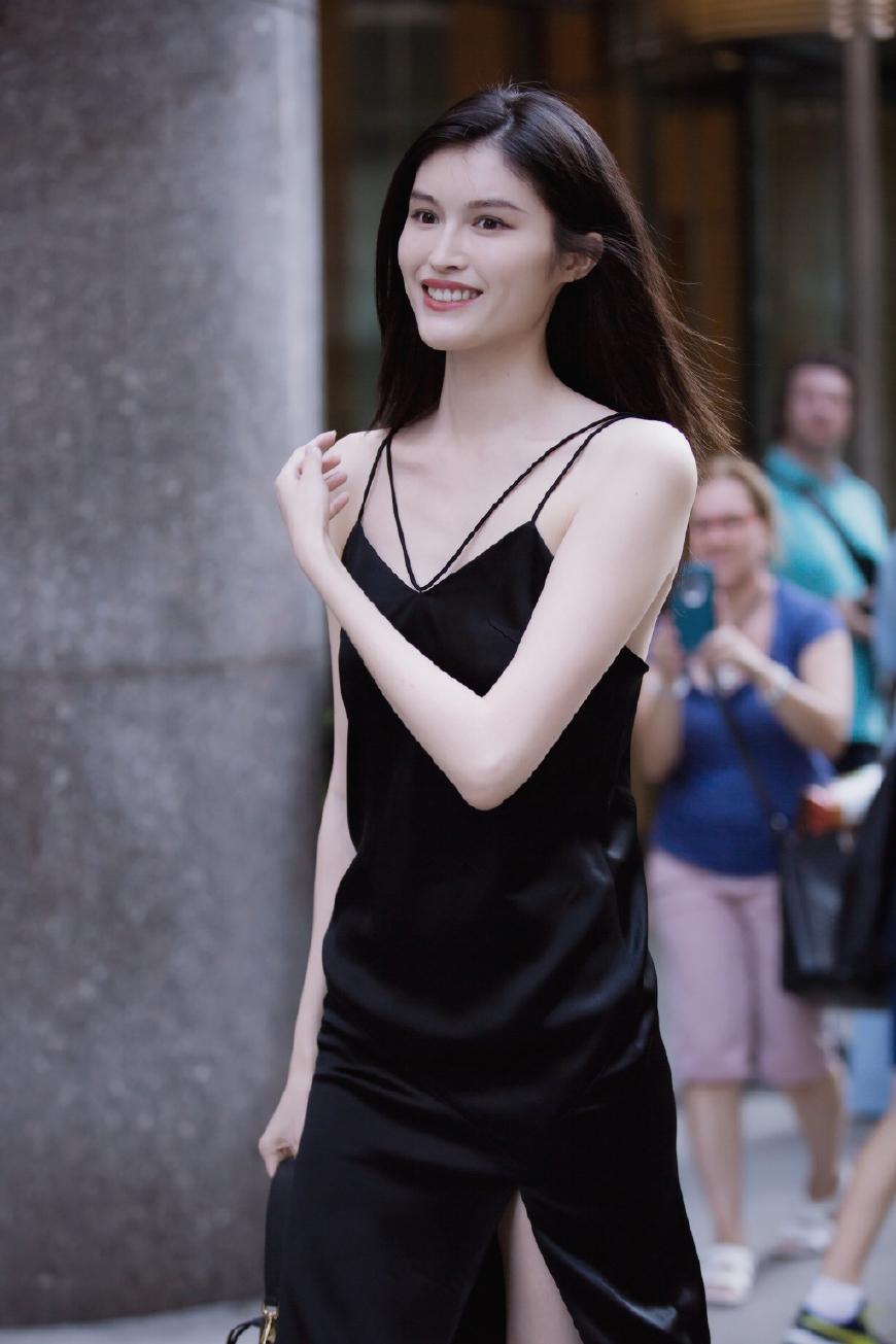 何穗现身维密面试,吊带裙尽展好身材,然而她的维密造型更有看头