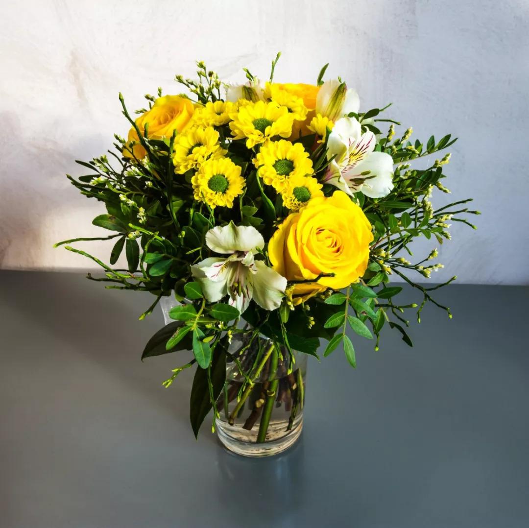 1.向日葵花束 向日葵的花语是信念、光辉、高傲、忠诚、爱慕,向日葵寓意着沉默的爱,如果你不好意思直接表达对老师的爱,那么就用向日葵来替你开口吧!
