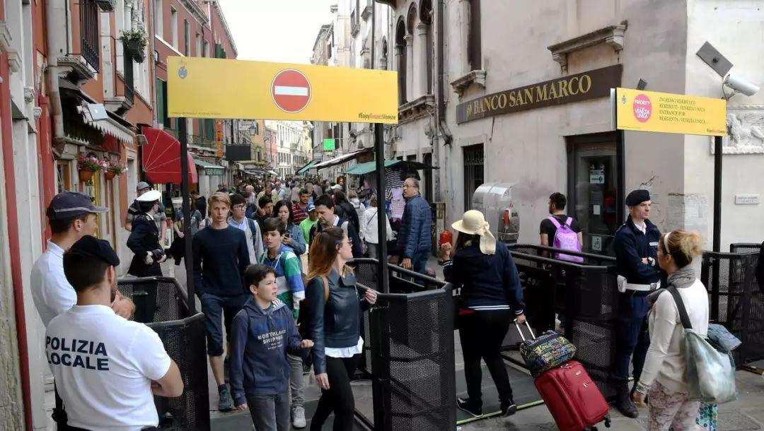 在佛罗伦萨街头吃东西要被罚款500欧!傲娇的意大利又憋出新招来折磨游客了