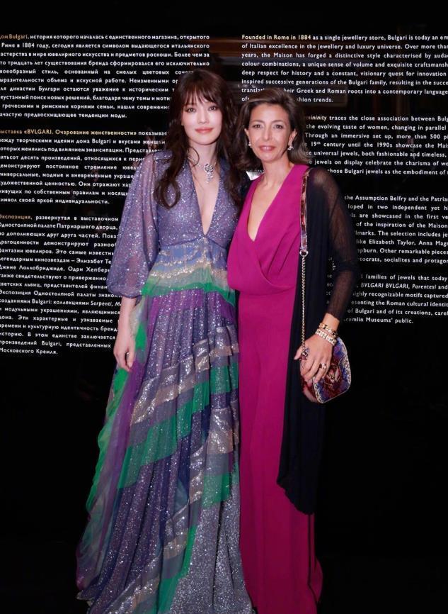 42岁舒淇额前留起了刘海,穿紫色V领星空纱裙就像18岁少女