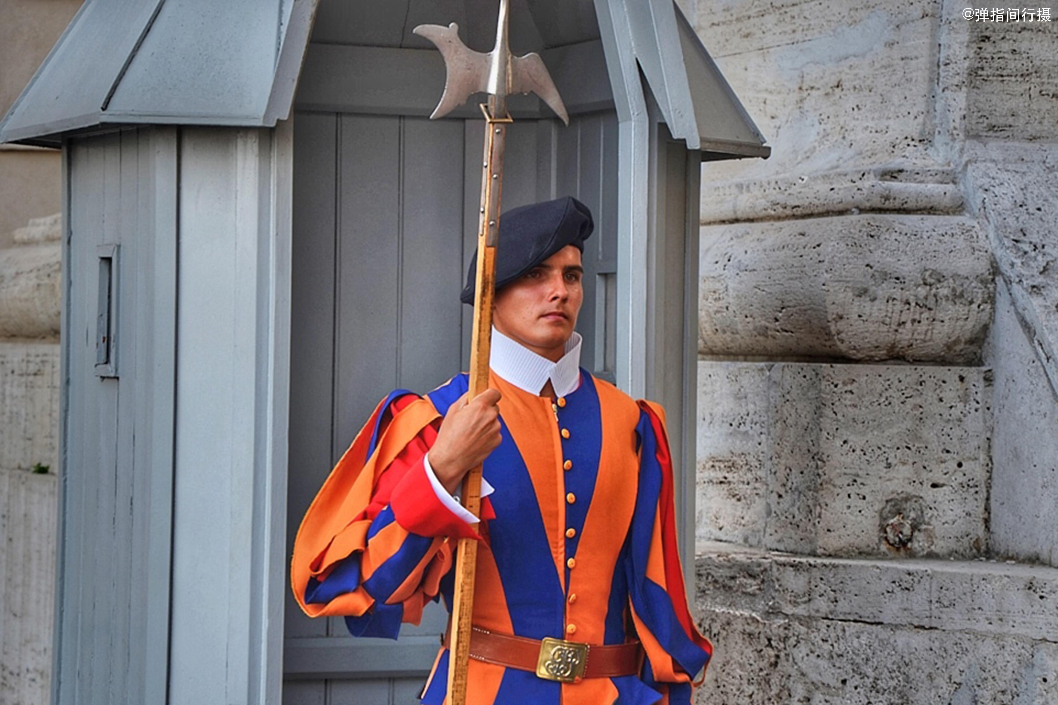 世界上最小的国家,只有572个公民,卫兵都来自瑞士,这是为何?