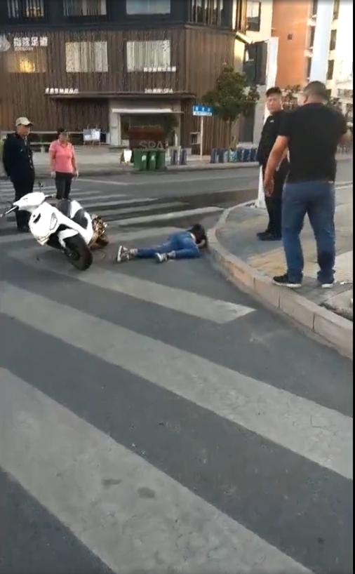 镇江新区发生一起交通事故, 一男子倒地未起