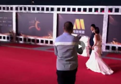 男子在红毯上突然向王珞丹求婚,王珞丹的反应足见其修养