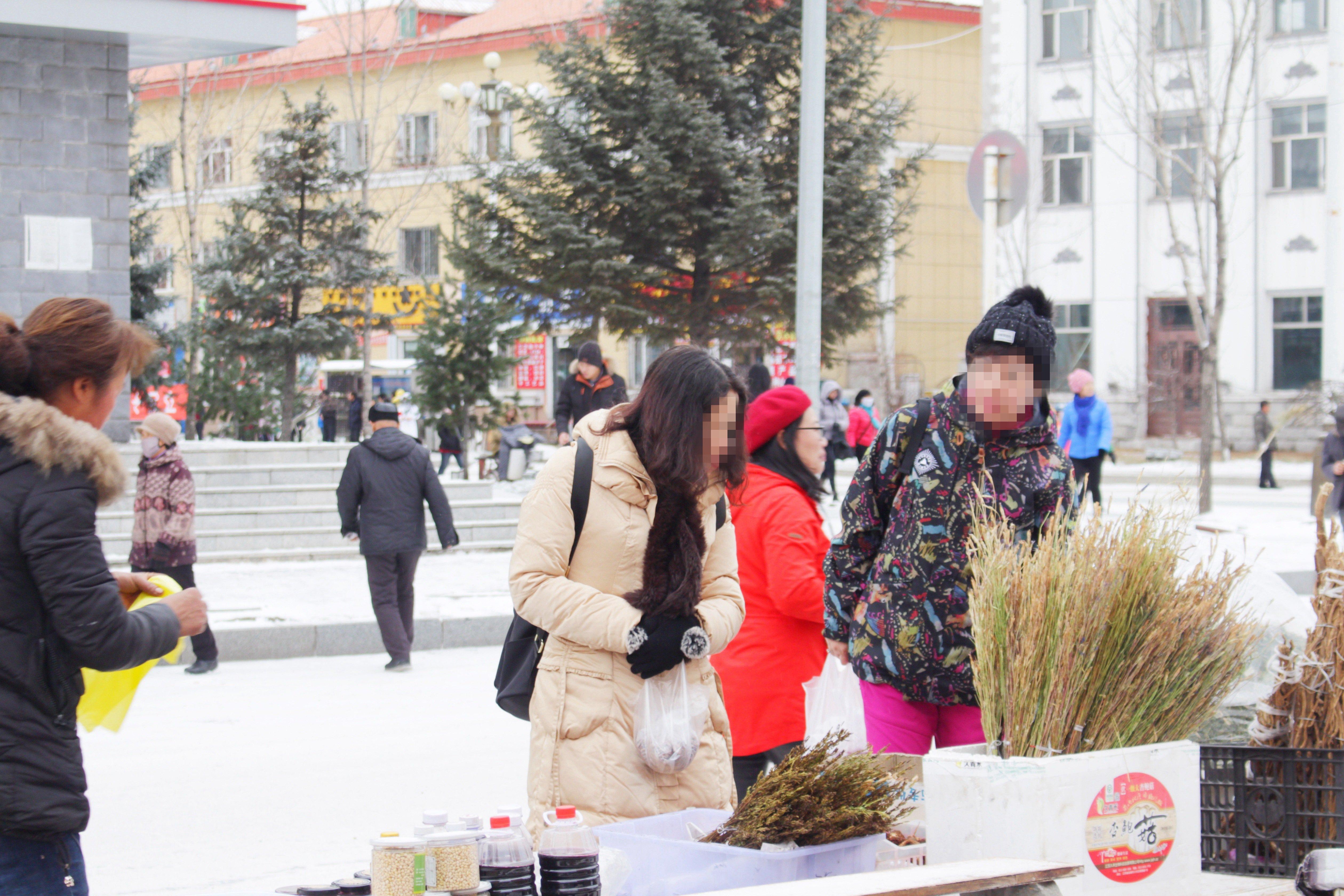 感受10月的中国最北的小城,在喧闹的集市中虚度时光