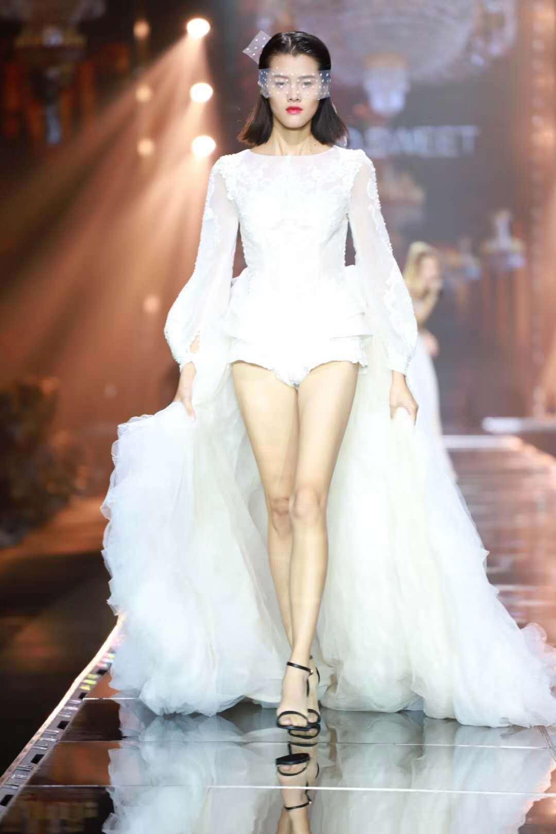最新国际婚纱走秀视频_国际超模时装走秀视频