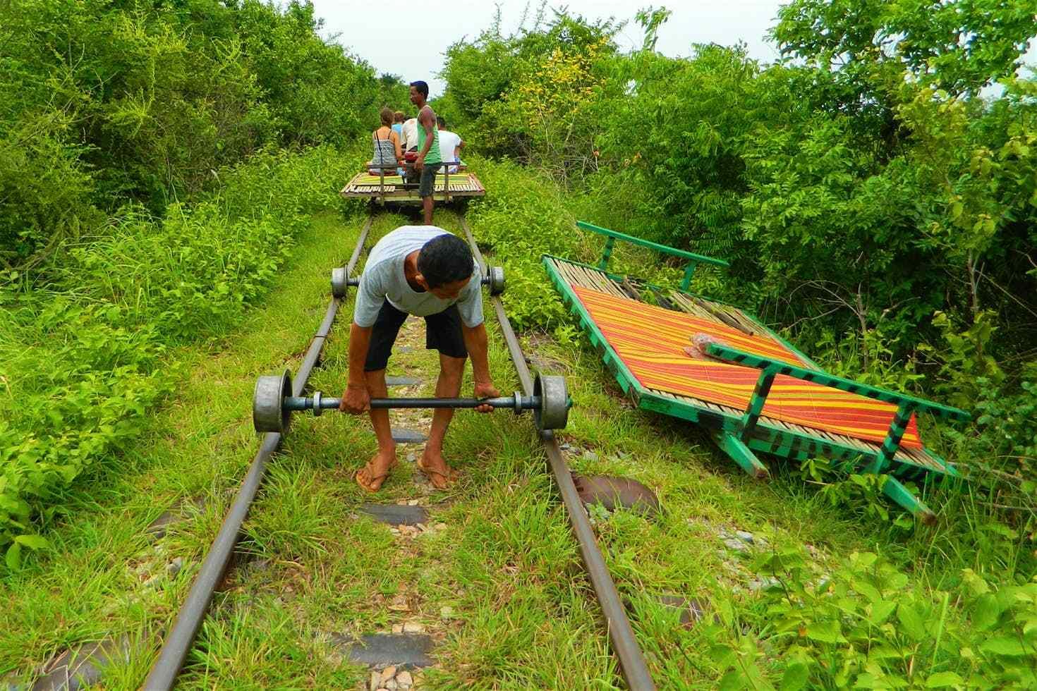 """柬埔寨竹火车:世界独一无二的""""敞篷火车"""",时速可达50公里"""